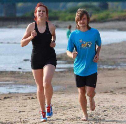 kobieta i mężczyzna biegacze
