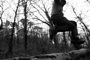 jak się ubrać na bieganie zimną - człowiek biega w lesie