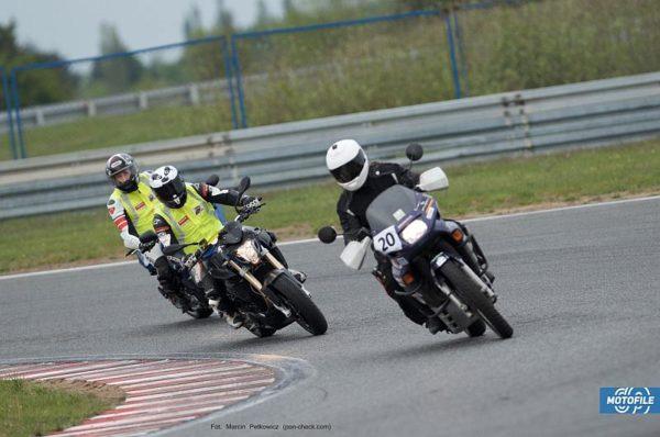 trzy motocykle na zakrecie punkt wejścia