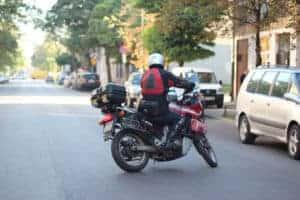 Technika jazdy motocyklem - zawracanie - przeciwsiad, czyli przeniesienie ciężaru ciała nazewnętrzną