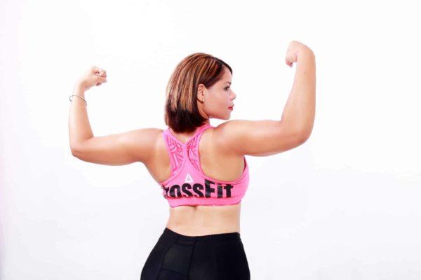 kobiera pokazująca mięśnie