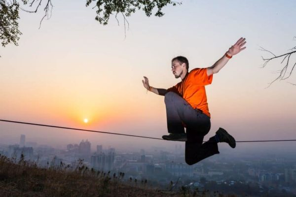 Człowiek balansujący na linie