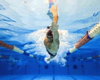 Pływak kraulem - ułozenie ciała w kraulu