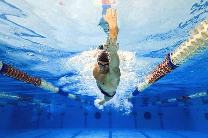 Technika pływania kraulem. Część 2 – ułożenie ciała wkraulu