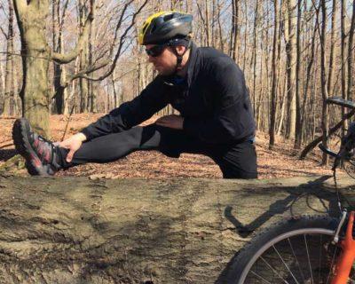 rowerzysta - rozciąganie po treningu rowerowym