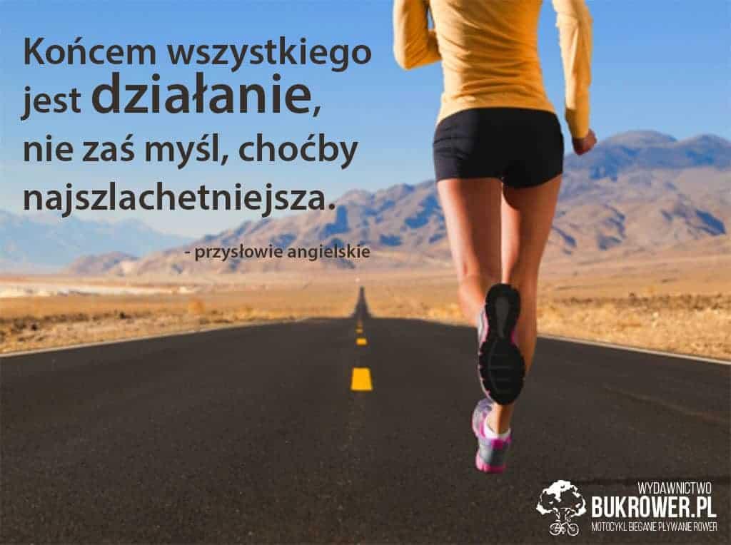 Realizacja celów - kobieta biegnąca podrodze