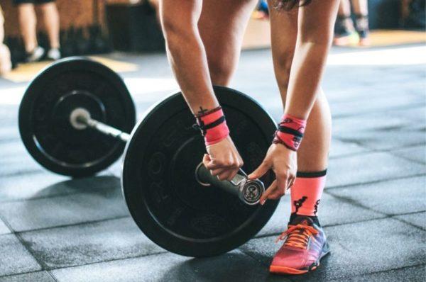 trening siłowy w sportach wytrzymałościowych - mężczyzna ćwiczący ze sztangą