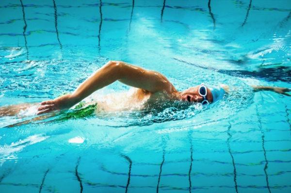 Metoda total immersion - trener metody Paweł Lewicki pływa w basenie