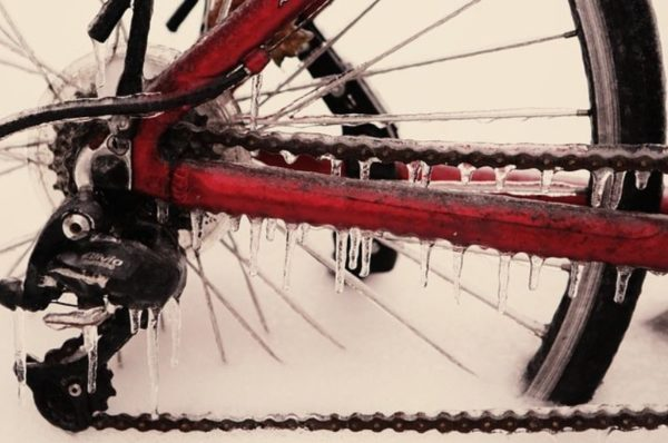 jazda rowerem zimą - zamarznięty rower