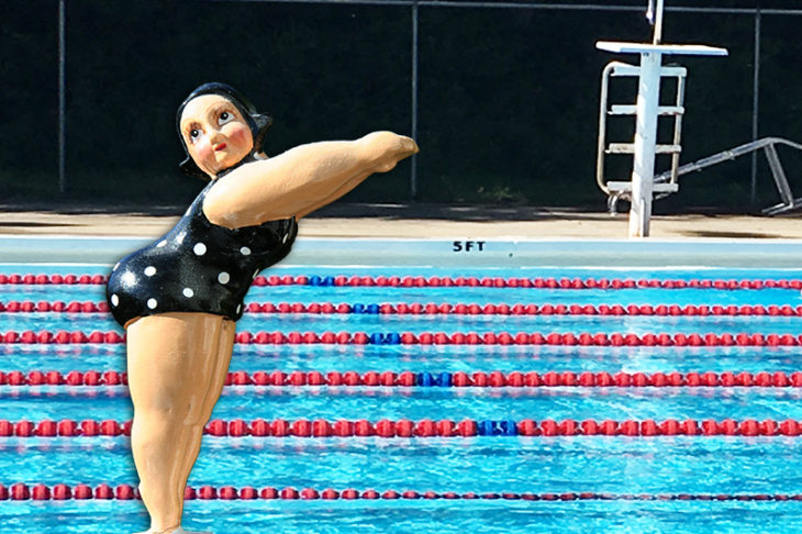 figurka korpulentnej pani na tle basenu sugerująca odchudzanie przez pływanie