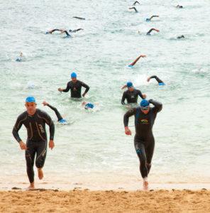 pływanie wtriathlonie - pływacy wychodzący zwody
