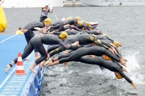 pływanie w triathlonie - start kobiet z nabrzeża