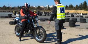szkołę nauki jazdy motocyklem - obrazek poglądowy kursant i instruktor na placu manewrowym