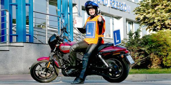 egzamin na prawo jazdy na motocykl - osoba zdająca egzamin