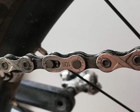 czyszczenie łańcucha - zdjęcie spinki włańcuchu rowerowym