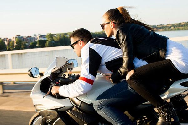 początkujący motocyklista i pasażer na motocyklu bez kasku