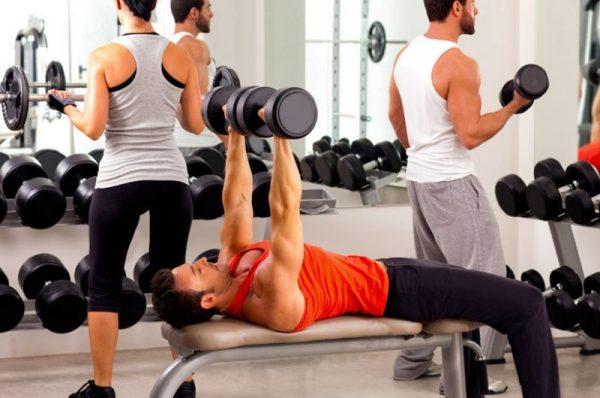 trening siłowy - mężczyźni ćwicza na siłowni