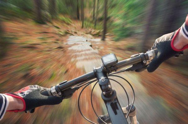technika hamowania rowerem MTB - rozpędzony rowerzysta - widok z perspektywy jadącego
