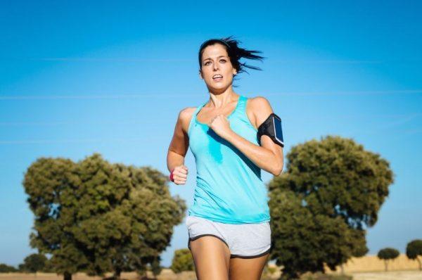 trening w upale - kobieta biega